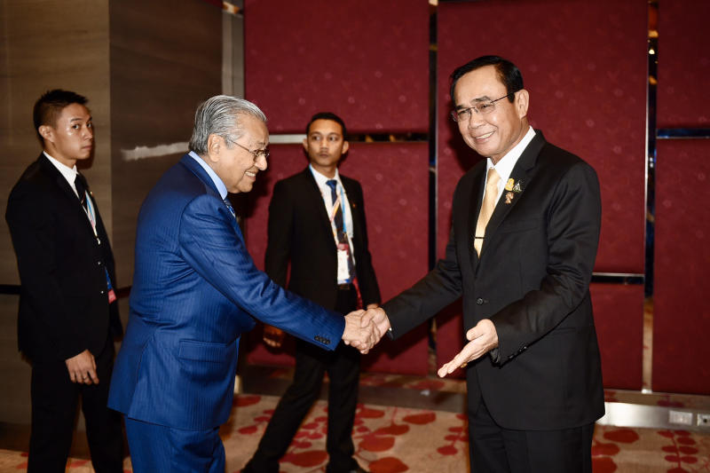 Prime Minister Prayut Chan-o-cha welcomes Malaysian Prime Minister Mahathir Mohamad for talks on the sidelines of the Asean Summit on Saturday. (Asean Thailand 2019 photo)