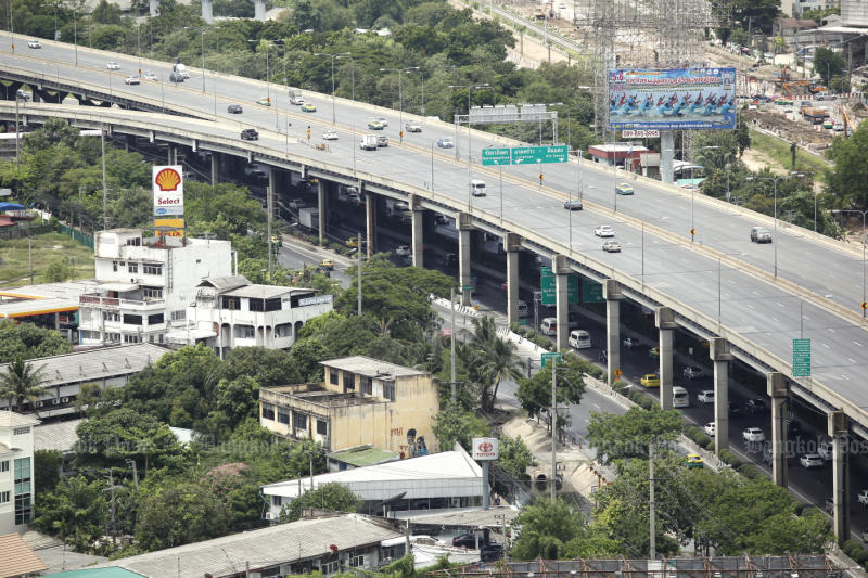 Motorists using the Don Muang tollway will have to pay higher tolls starting Dec 22. (Photo by Pattanapong Hirunard)