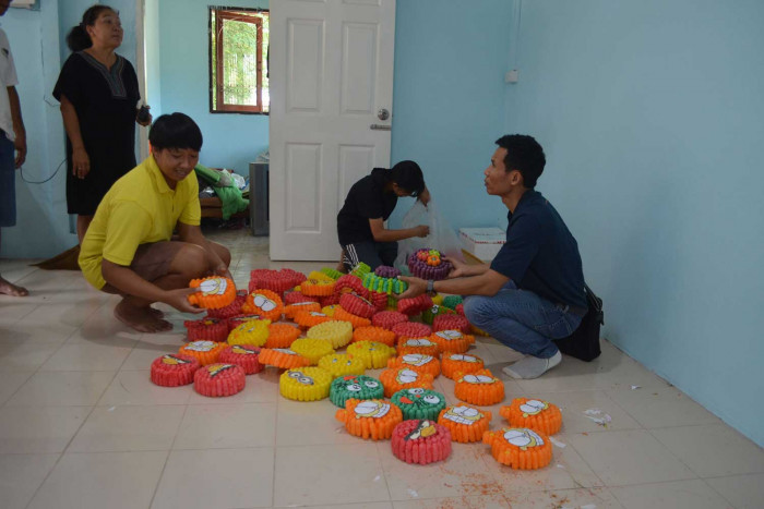 Girl tricked into making pirate krathong floats, then arrested