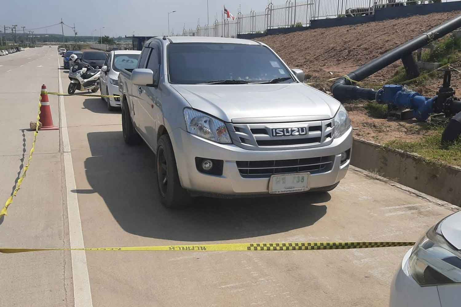 The pickup truck that carried the three escapees, two Thais and an American, away from the Pattaya Court on Monday, found abandoned in Si Racha district, Chon Buri, on Tuesday afternoon. (Photo by Chaiyot Pupattanapong)