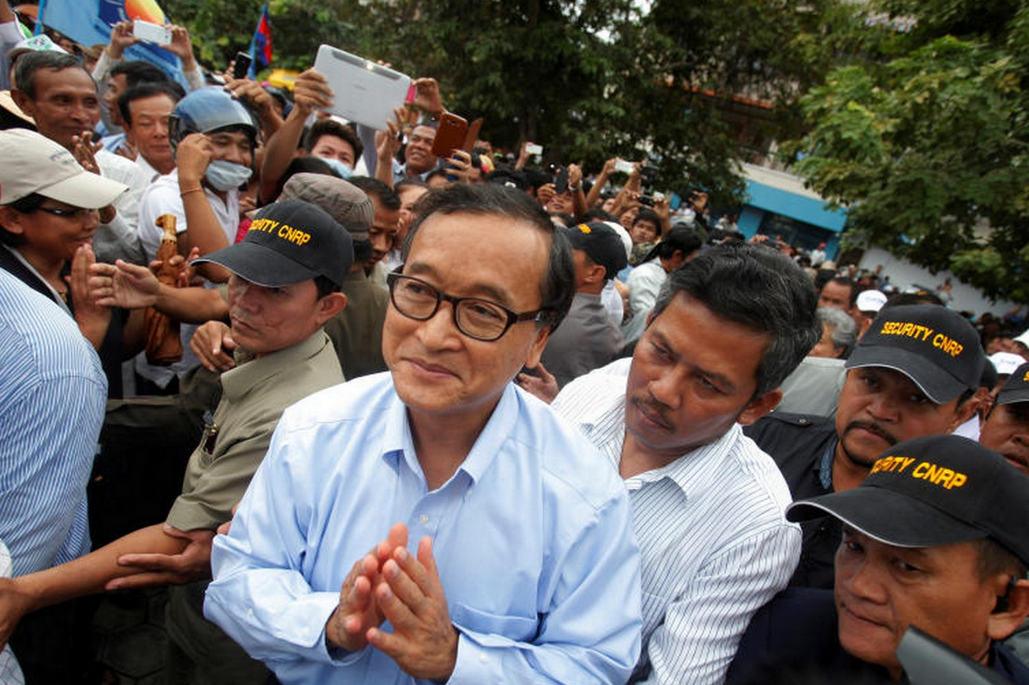 Sam Rainsy (centre), president of the opposition Cambodia National Rescue Party, greets supporters at Freedom Park in Phnom Penh on Oct 6, 2013. (Reuters file photo)