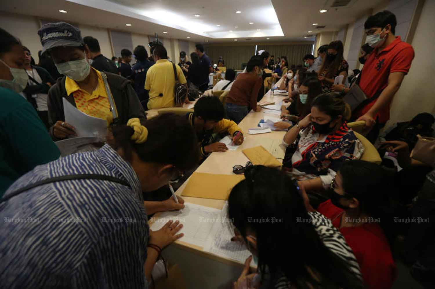 People affected by the Mae Manee ponzi scheme are filing their complaints at the Department of Special Investigation in Bangkok on Oct 28. (Photo by Varuth Hirunyatheb)