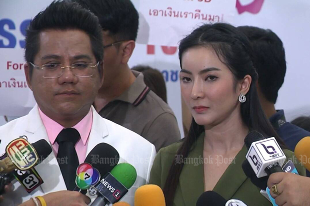 Warapairin Thanawarisporn talks to reporters about her investment in Forex-3D, an online foreign exchange, while lawyer Ronnarong Kaewphet look on at the Justice Ministry on Thursday. (Photo by King-oua Laohong)