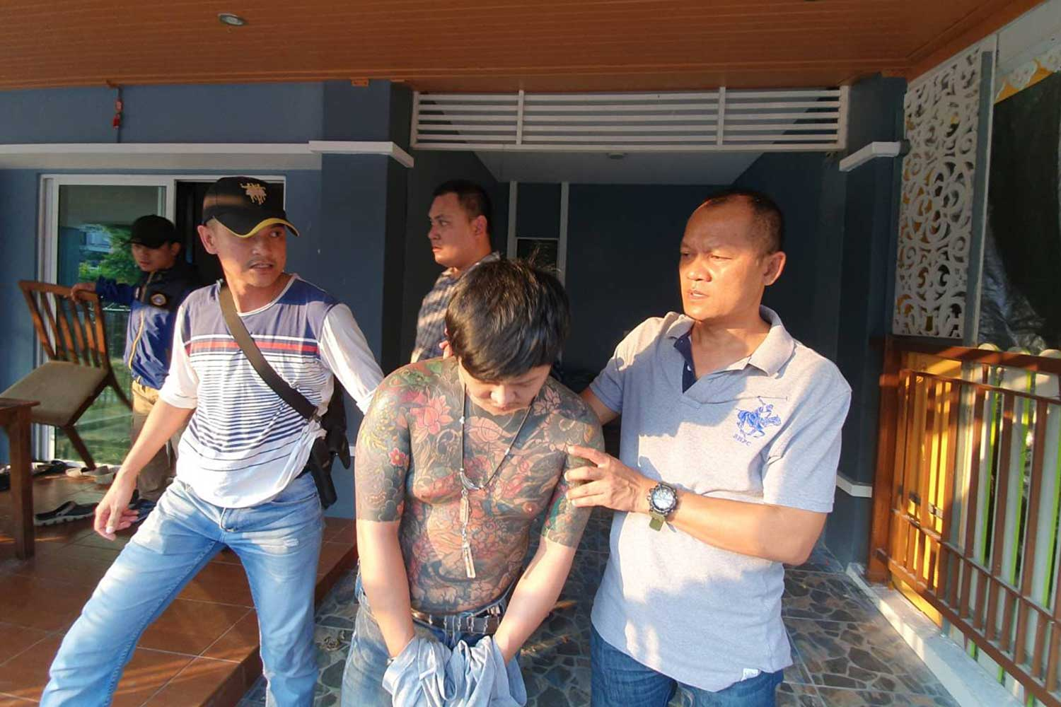 Crime Suppression Division police arrest Narenrit Baitoey, 23, wanted for the robbery of a 7-Eleven store in Nakhon Nayok, at a house in Muang district of Pathum Thani on Thursday. Another accomplice surrendered to police and the third suspect remained at large.(Photo supplied)