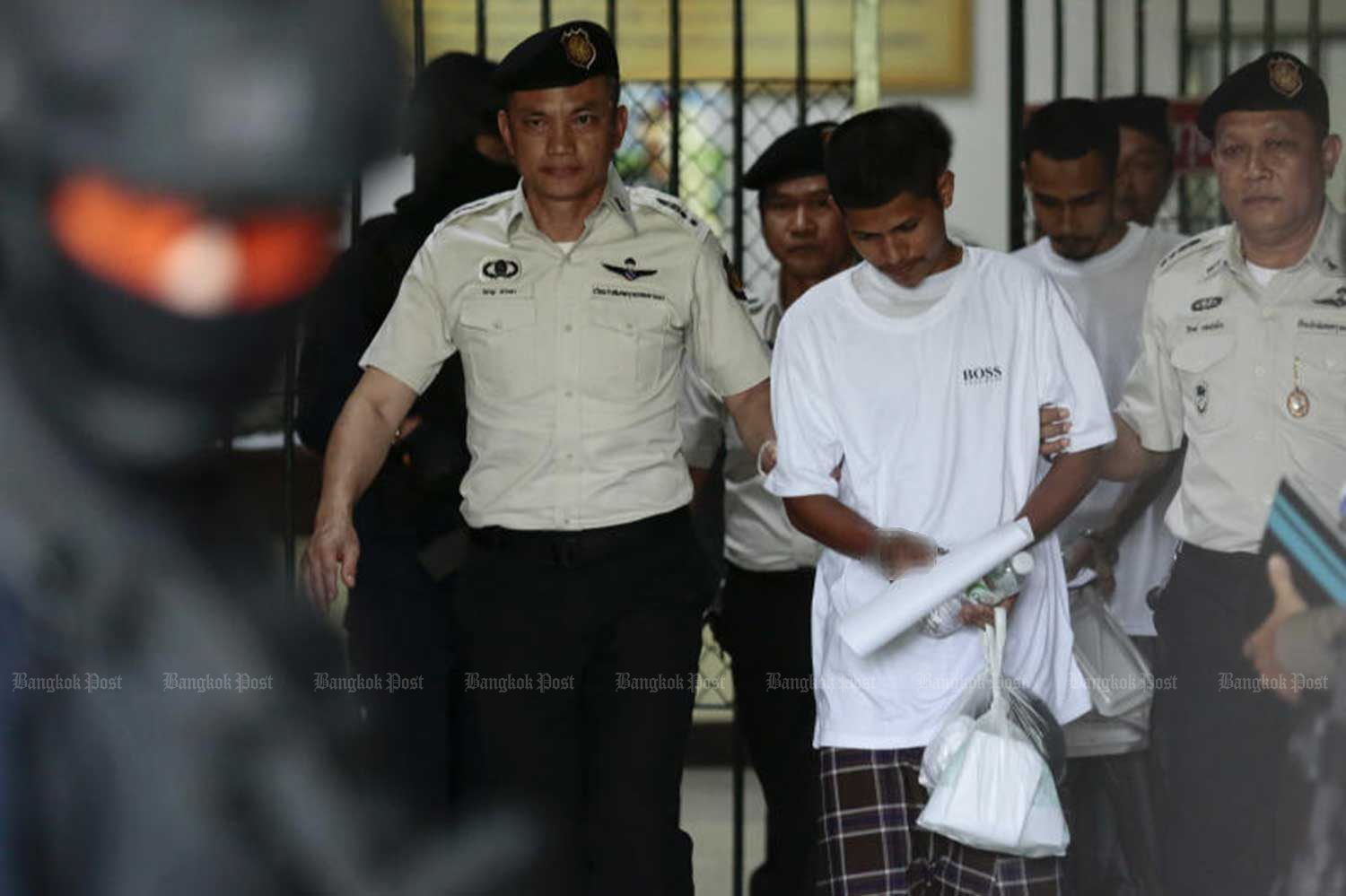 Two suspects - Lu-ai Sae-ngae, 22, and Widan Maha, 27 - are taken from the Criminal Court to a temporary prison at the 11th Military Circle on Aug 15 after police obtained court approval to detain them for a further 12 days. (File photo by Patipat Janthong)