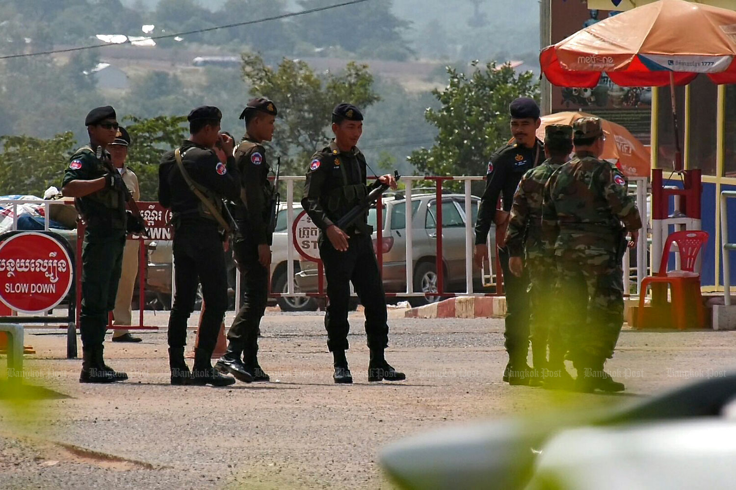 Cambodian soldiers along the Thai-Cambodian border are on alert to prevent opposition figures entering Cambodia from Thailand.(Photo by Nopparat Kingkaew)