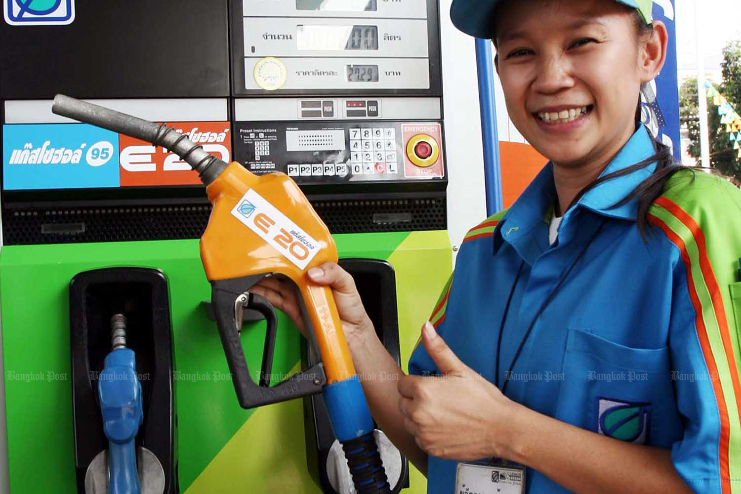 A Bangchak employee provides E20 blend at the company's station on Sukhaphiban 1 Road. (Photo by Phongthai Wattanavanitvut)