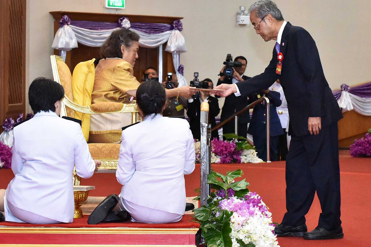 HRH Princess Maha Chakri Sirindhorn presents the Outstanding Technologist Award 2019 to Professor Dr Pairash Thajchayapong.