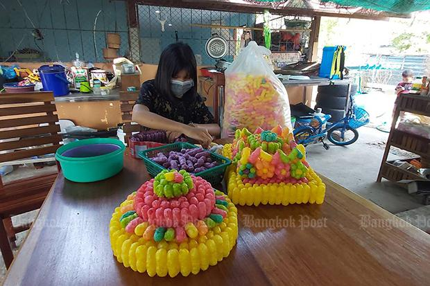 Orn, the 15-year-old girl was arrested on Nov 1 for making krathong floats featuring cartoon characters, makes more baskets with coloured bread for Monday's festival in Nakhon Ratchasima province. (Photo by Prasit Tangprasert)