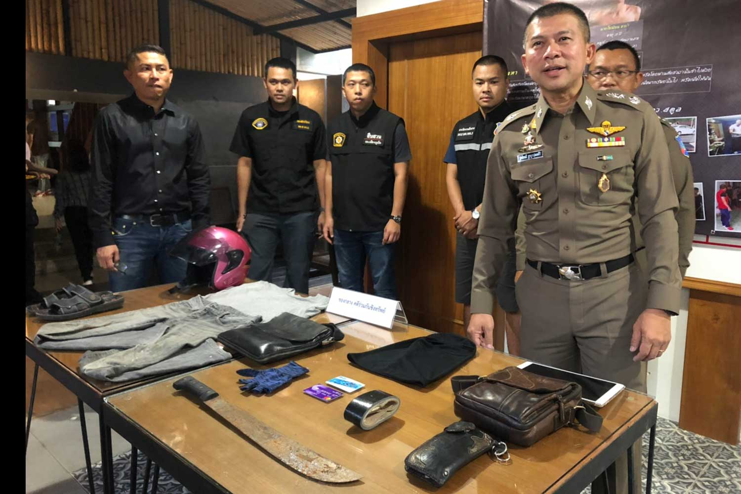 Police display items seized from the two men charged with injuring and robbing a German man, 70, and his wife at their house in Phuket last Thursday. (Photo taken from Phuket-based media, @siantai1234 Facebook page)