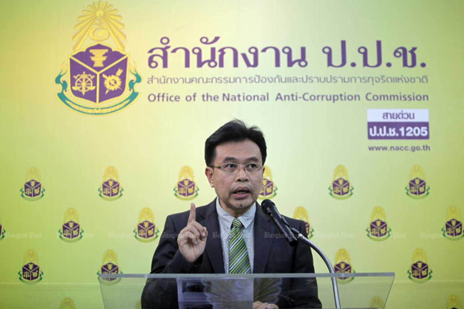 Voravit Sukboon, secretary-general of the National Anti-Corruption Commission (NACC), announces the findings of a probe into an alleged 20-million-baht bribe involving four senior local officials in Nakhon Si Thammarat in a power plant project. (File photo)