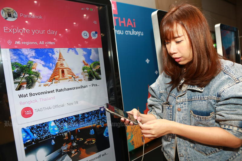 A participant downloads app TAGTHAi during the luanch event at the University of the Thai Chamber of Commerce on Wednesday. (Photo by Somchai Poomlard)