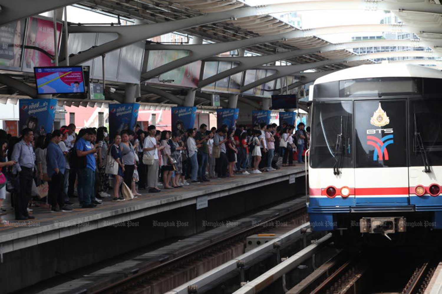 The BTS skytrain operator reports a net profit of 1.131 billion baht in the second quarter of 2019/20, up 36.3%.  (File photo)