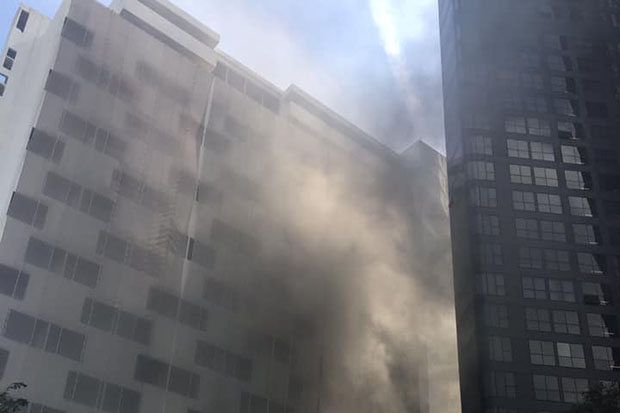 A fire breaks out on the sixth floor of the Montien Hotel on Friday. (Photo from Chiewrit Art Ocharos Facebook account)