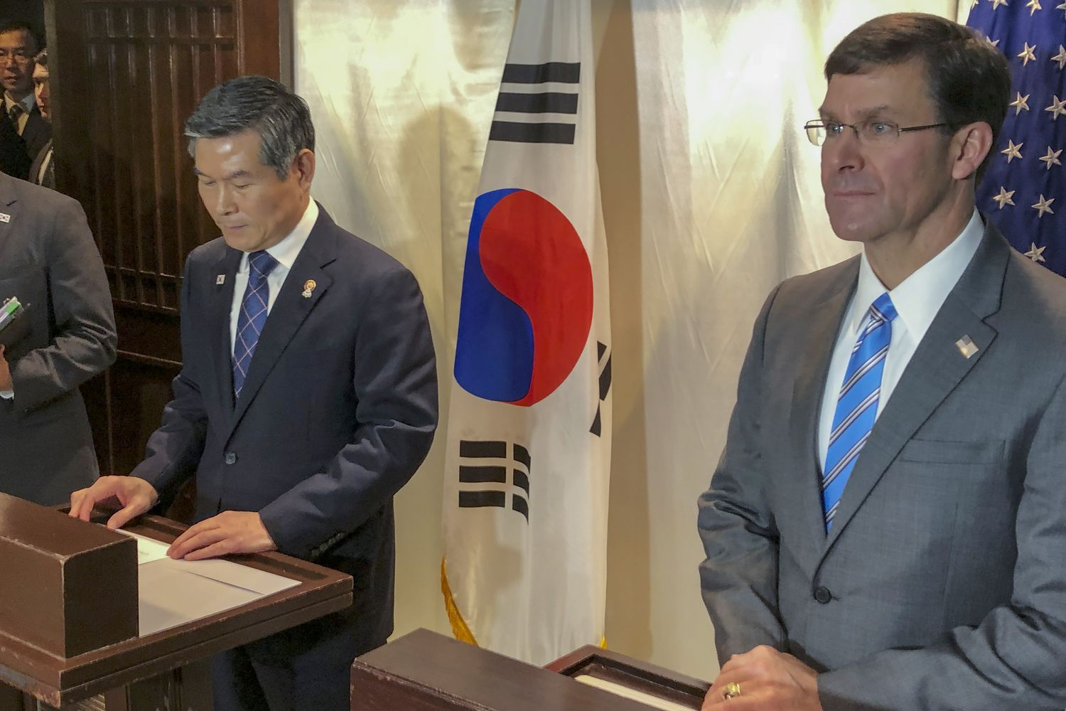 US Defense Secretary Mark Esper (right) and South Korea defence Minister Jeong Kyeong-doo attend a press conference in Bangkok on Sunday. (AP photo)