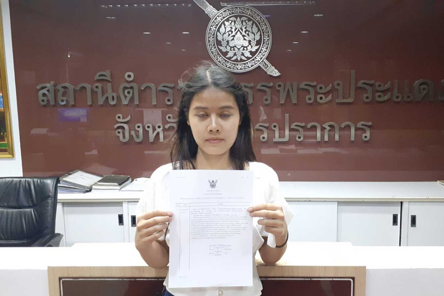 Pornthida Chamnanwet, 23, shows her written complaint that her husband had taken off with their winning 6-million-baht lottery ticket, at Phra Pradaeng police station in Samut Prakan on Sunday night. (Photo by Sutthiwit Chayutworakan)