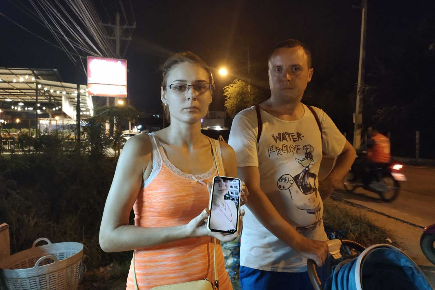 Pankratova Elena, 25, shows a picture of herself wearing the gold necklaces stolen by a motorcyclist in Pattaya on Sunday night. (Photo by Chaiyot Pupattanapong)