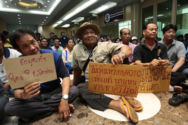 Farmers opposing the prohibition of three toxic farm chemicals protest at the Industry Ministry on Oct 22, 2019 against the National Hazardous Substances Committee's decision to ratify the ban. (Photo by Patipat Janthong)