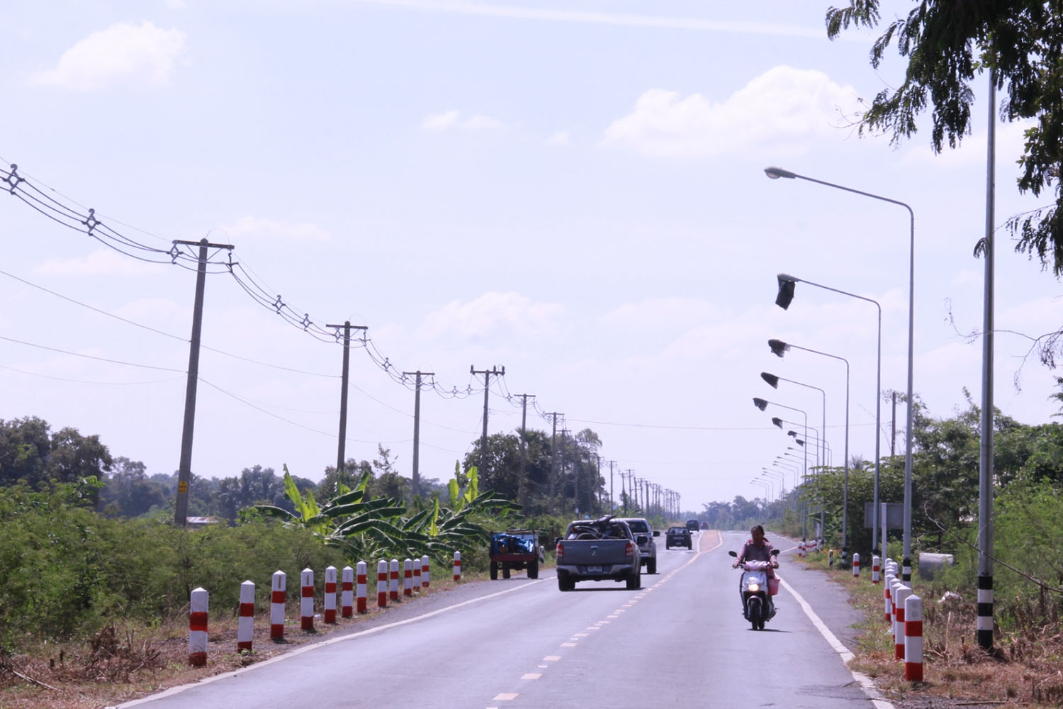 Light bulbs on seven poles along Highway 3001 in Nang Raong district of Buri Ram province are wrapped by fertiliser bags. (Photo by Surachai Piragsa)