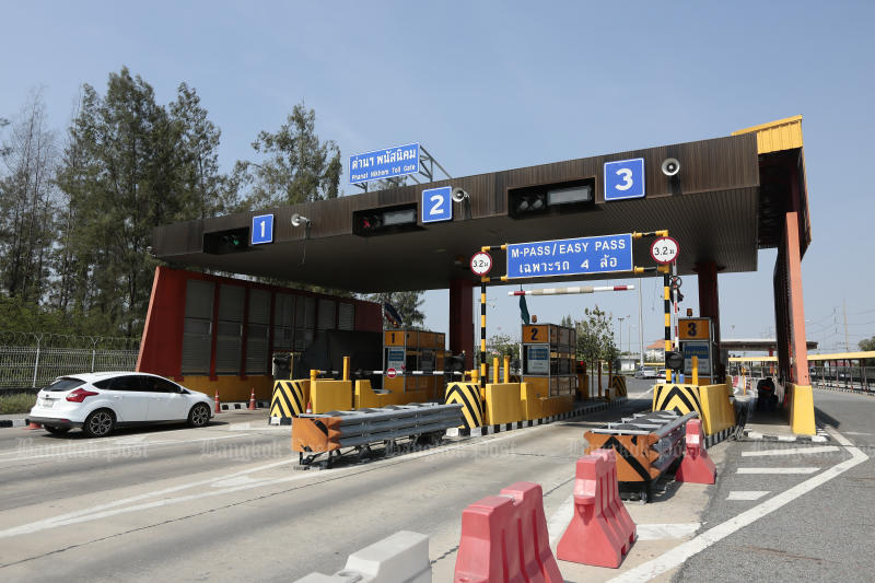 The Highways Department will begin removing the barricades at all toll booths next year.(Photo by Patipat Janthong)