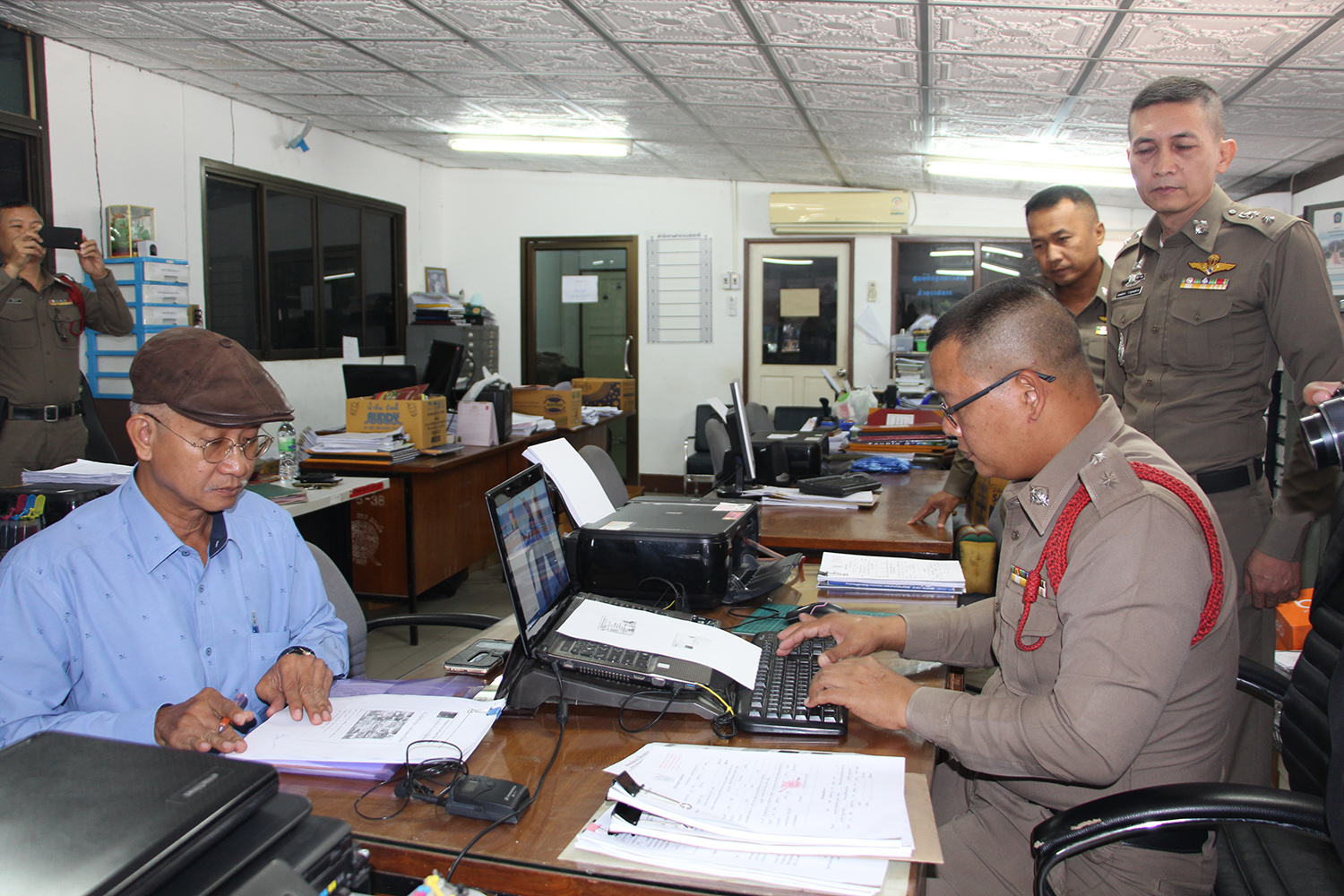 Veera Somkwamkid, secretary-general of the People's Network Against Corruption, files a   complaint at  Chom Bung police station against Palang Pracharath Party MP Pareena Kraikupt over her landholdings in Ratchaburi. (Photo by Saichon Ochkajon)