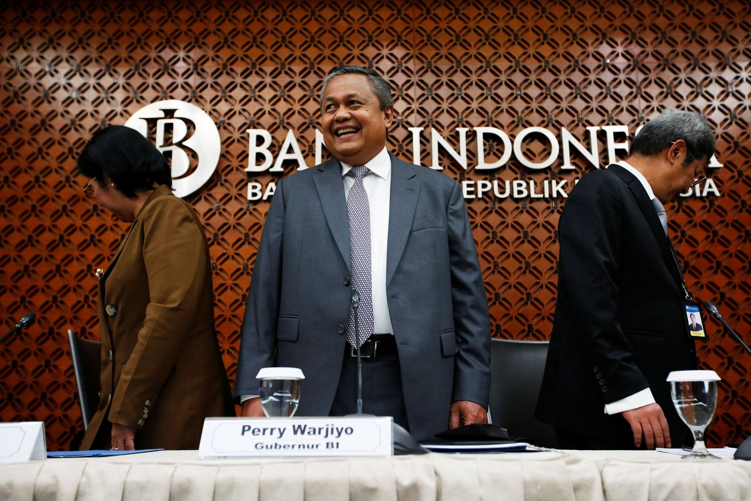 Indonesia's central bank governor Perry Warjiyo and his deputies arrive to a media briefing at the bank's headquarters in Jakarta on Thursday. (Reuters photo)