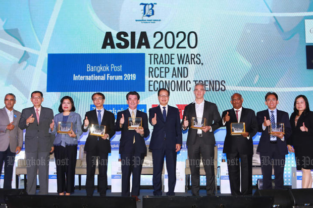 Speakers take a group photo with Worachai Bhicharnchitr (fourth right), vice-chairman of Bangkok Post Plc, at the Bangkok Post International Forum 2019 on