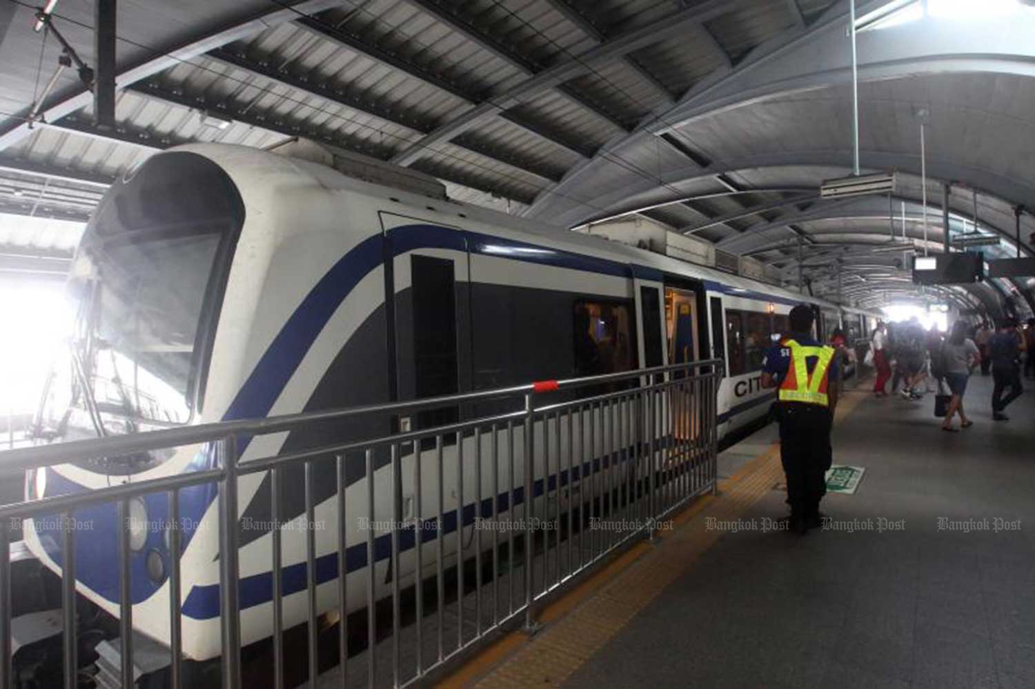 Airport Rail Link plans to reduce fares during non-rush hours by 55%, by introducing a  20-baht flat rate along the route between Suvarnabhumi airport and inner Bangkok. (File photo)
