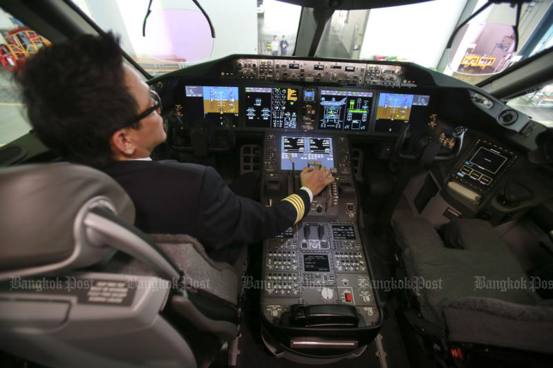 A Thai Airways International pilot controls a Boeing 787 Dreamline jet on Sept 19, 2017. (Post Today photo)