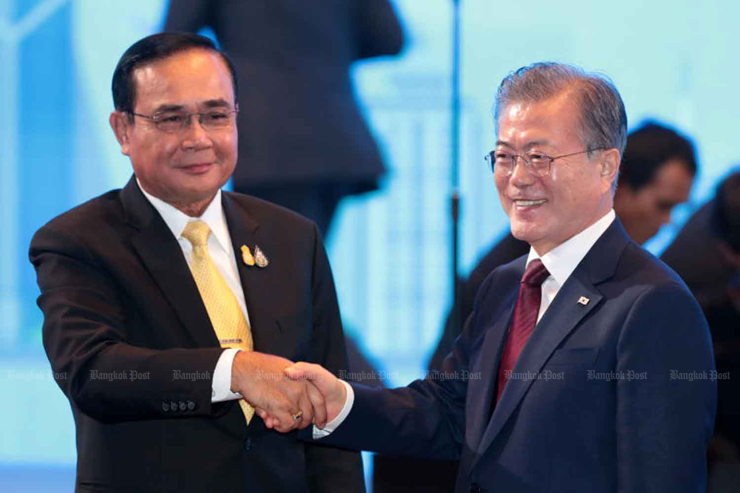 Prime Minister Prayut Chan-o-cha, left, and South Korean President Moon Jae-in. (Bangkok Post file photo)