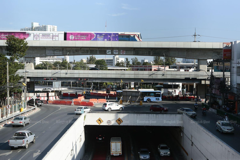 A train runs above the Kasetsart intersection on Thursday. (Photo by Patipat Janthong)