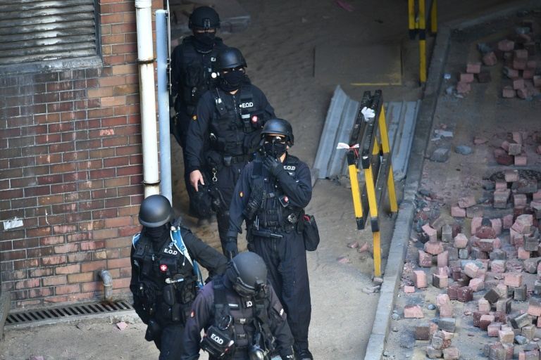 Hong Kong police to end siege, return campus to university
