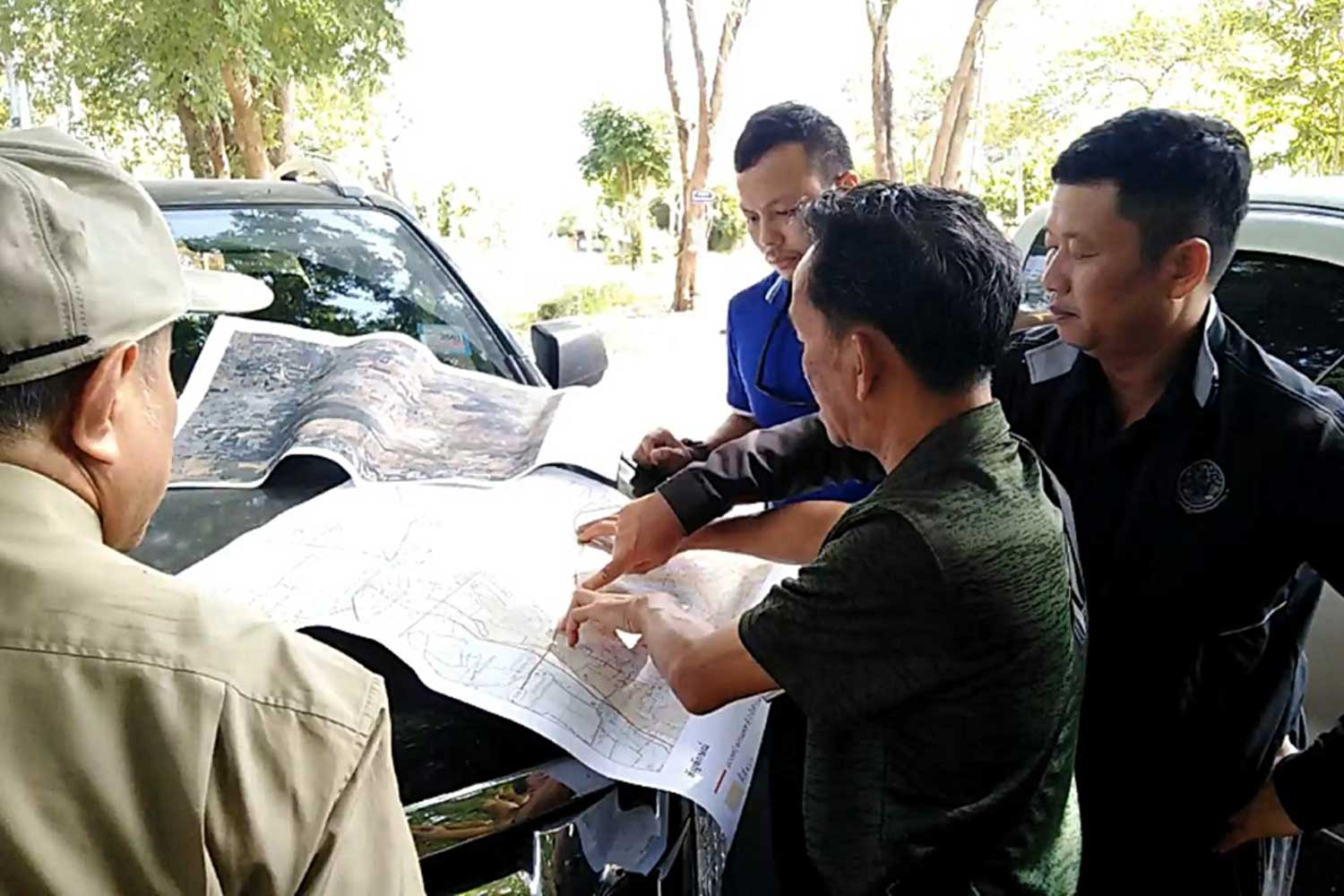 Officials check the land ownership legitimacy of the controversial chicken farm of Palang Pracharath Party MP Pareena Kraikupt in Ratchaburi province on Thursday. (Photo by Saichon Srinuanchan)