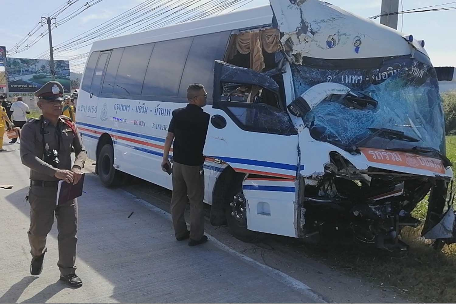An investigator inspects the damage to a Bangkok-bound minibus after it struck an oil tanker in Sri Racha on Saturday morning, injuring 18 passengers and the driver. (Photo by Jersak Saengthongcharoen)
