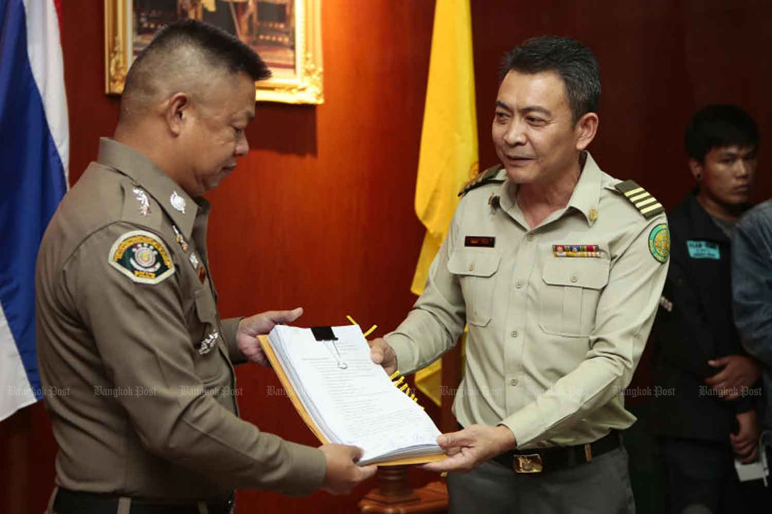 Pattana Sirimai, director of the Ratchaburi Provincial Royal Forest Office, right, files a legal complaint at the National Resources and Environmental Crime Suppression Division in Bangkok on Monday, accusing Pareena Kraikupt of forest encroachment and destruction of natural resources through her chicken farm in Chom Bung district of Ratchaburi. (Photo by Patipat Janthong)