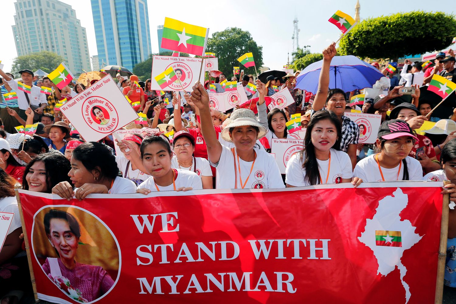 People gather to rally in support of Myanmar State Counsellor Aung San Suu Kyi before she heads off to the International Court of Justice in Yangon on Sunday. (Reuters photo)