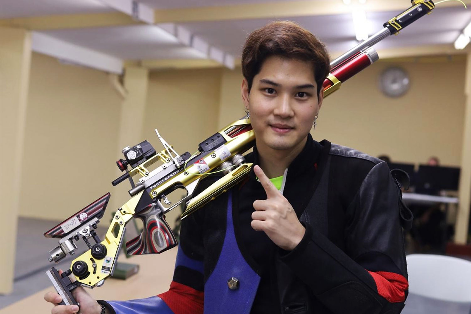 Thai shooter Napis Tortungpanich poses after winning the men's 10m air rifle title on Monday.