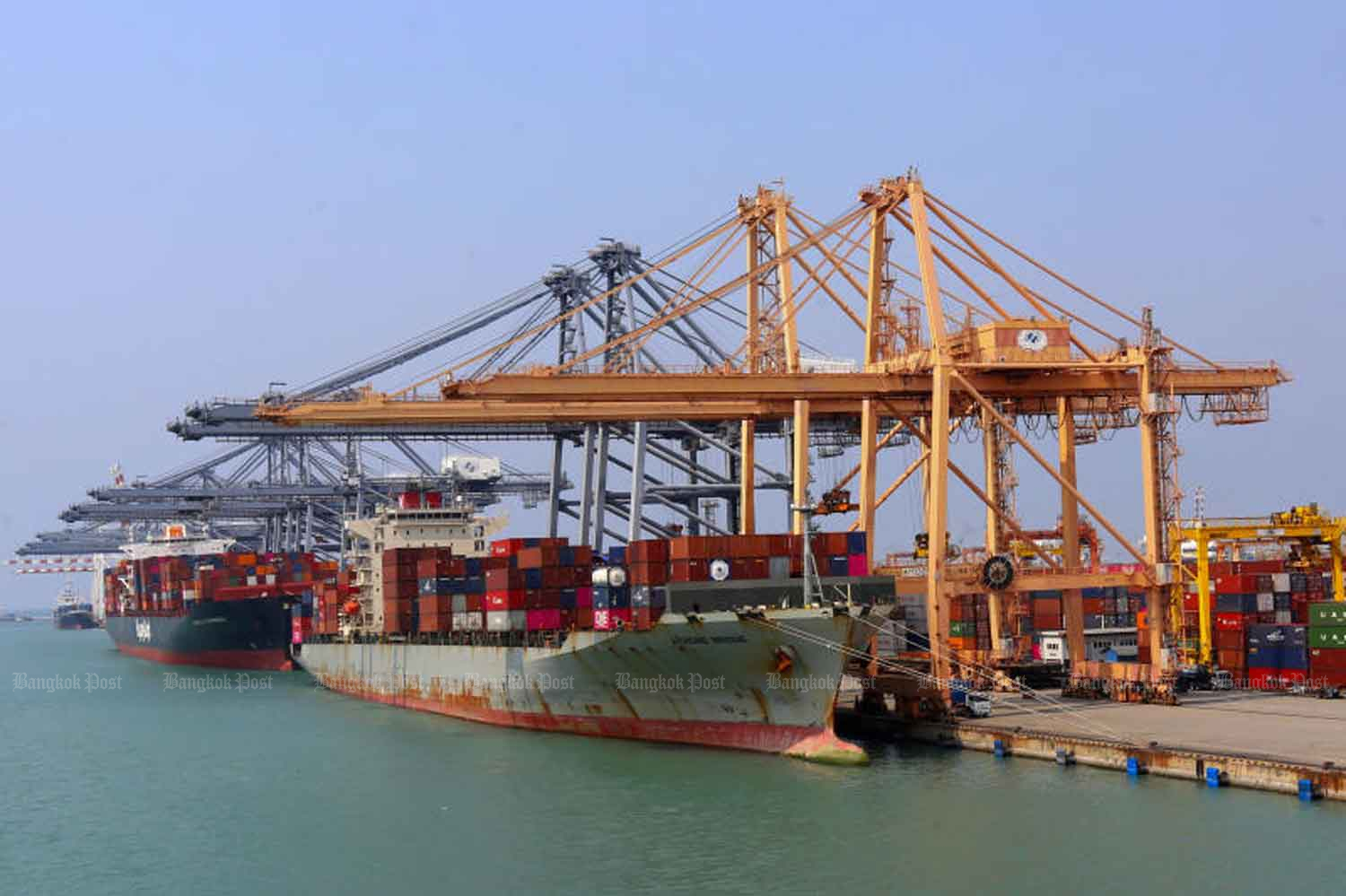 Container ships dock at Laem Chabang port in Chon Buri province. The Thai National Shippers' Council on Tuesday predicted exports would fall by 2.5-3.0% this year. (Bangkok Post file photo)