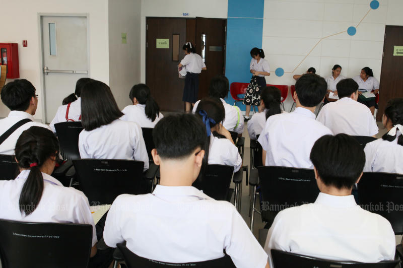Thai students still follow their peers in other countries in reading, maths and science in the latest Pisa tests. (Bangkok Post file photo)
