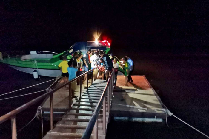 Stranded tourists, boat driver rescued in Phangnga