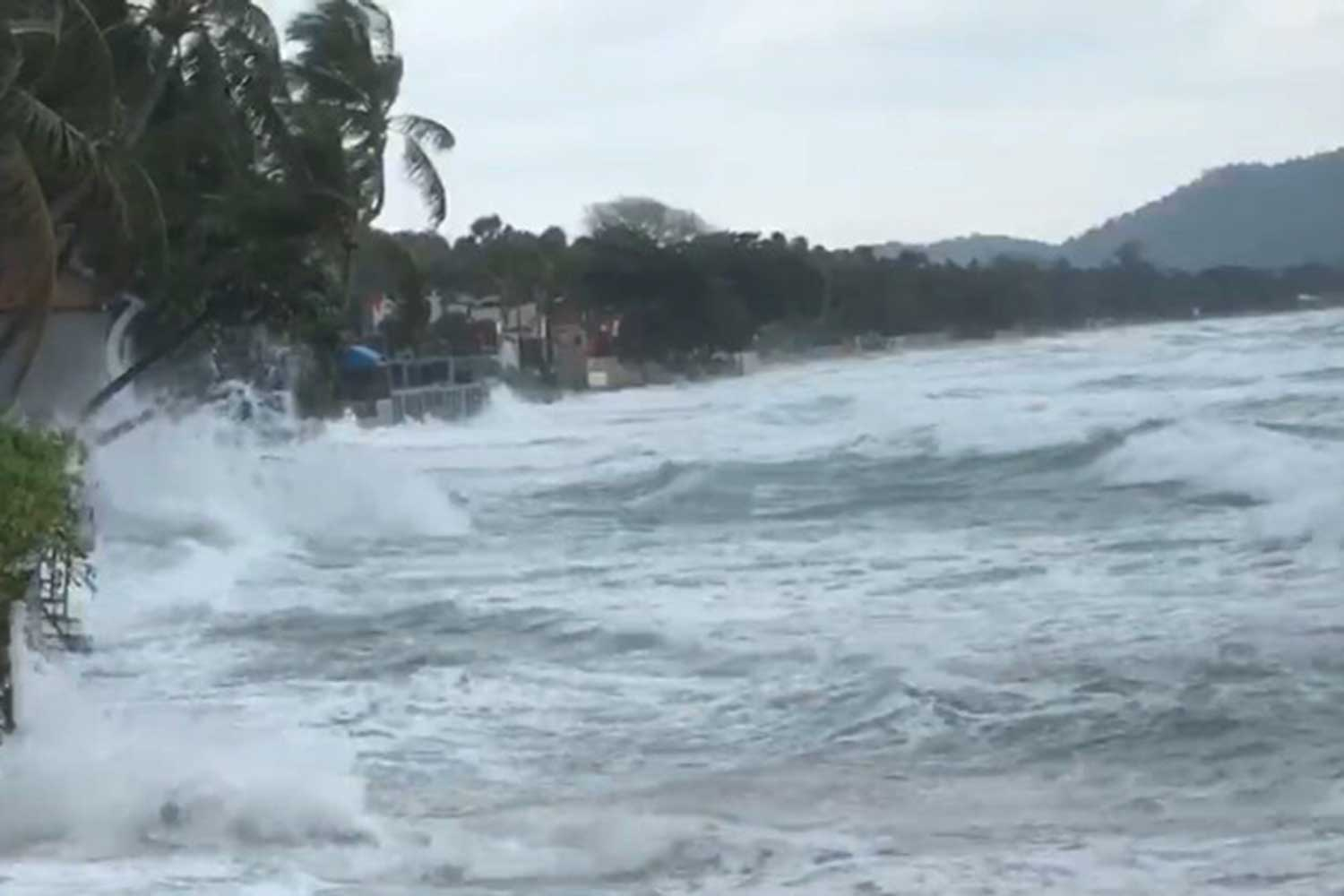 Wind-driven waves rush ashore in Koh Samui, where swimmers and boaters are being warned to stay out of the water. (Photo by Supapong Chaolan)