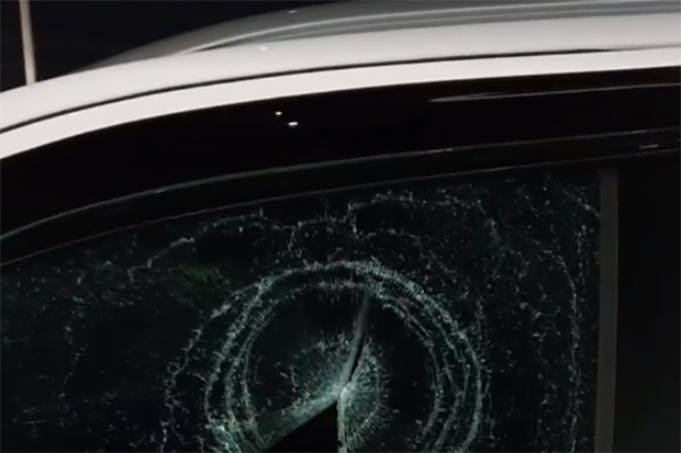 A pickup truck window is seen smashed after the vehicle parked in a spot reserved for the disabled at Big C Chiang Rai 2 megastore on Saturday. (Photo captured from a video clip posted on the Peerapong Amornpich Facebook account)