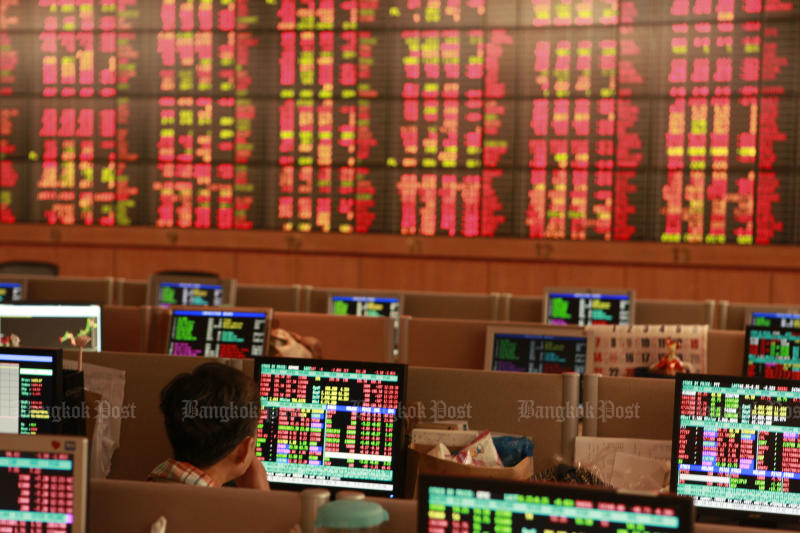 Thai shares fell for the ninth straight session on Monday. (Bangkok Post file photo)