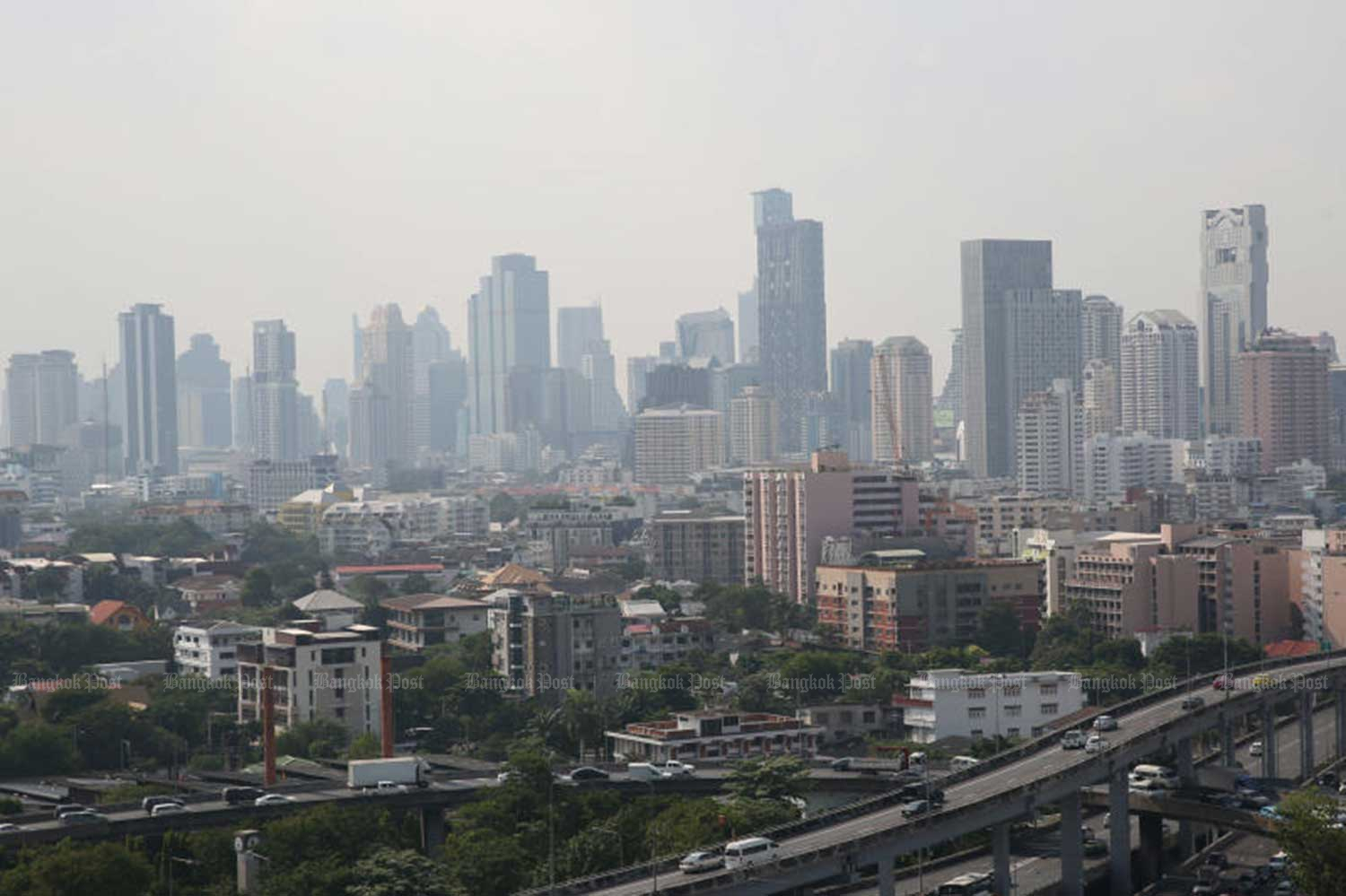 The level of fine PM 2.5 dust particles exceeded safety standards at seven air-quality monitoring stations in Bangkok on Tuesday morning.(File photo)