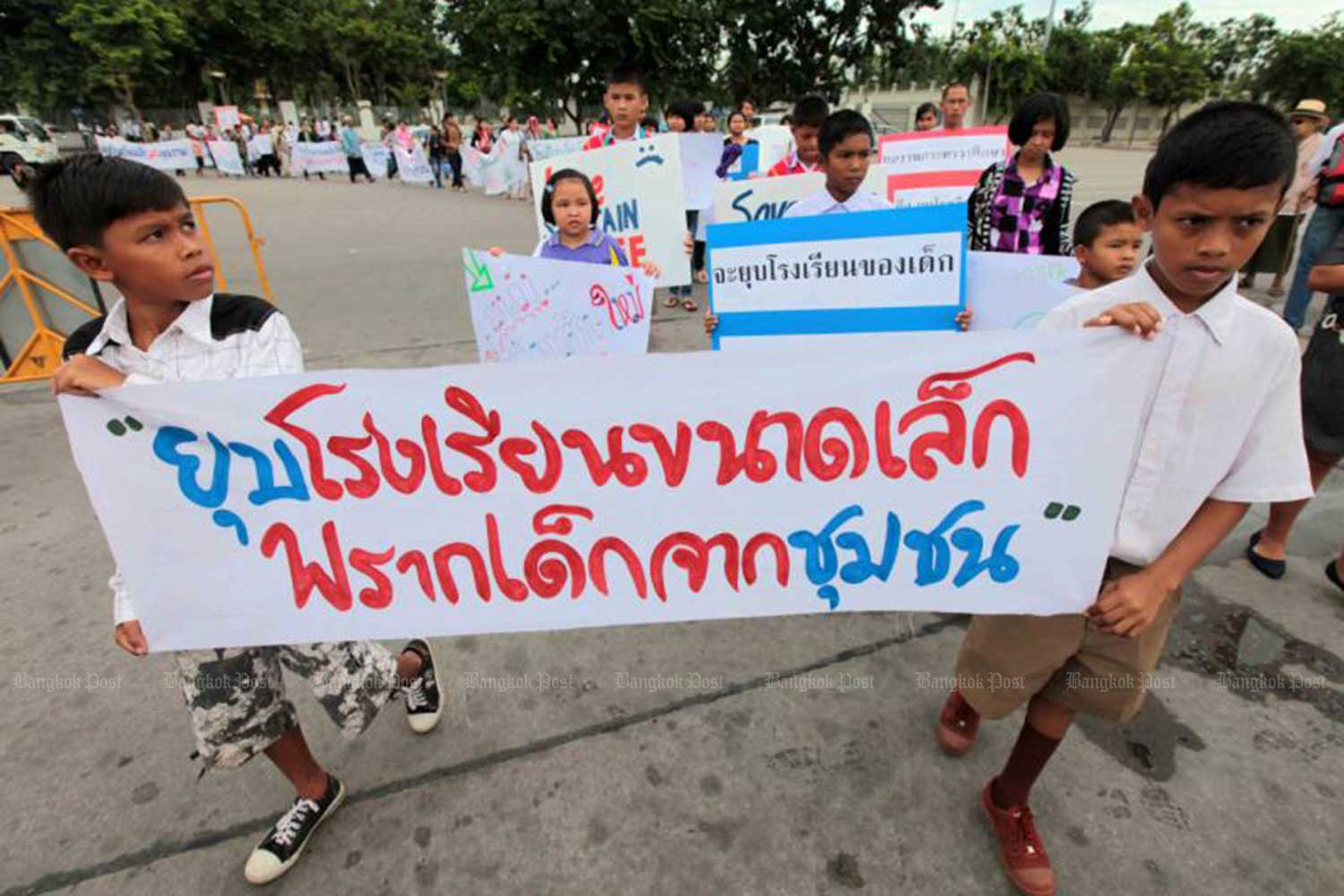 Children join a rally at the Royal Plaza in Bangkok on June 16, 2011 against the Education Ministry's policy to merge or close about 2,500 small primary schools nationwide under the education quality improvement plan. (Bangkok Post file photo)