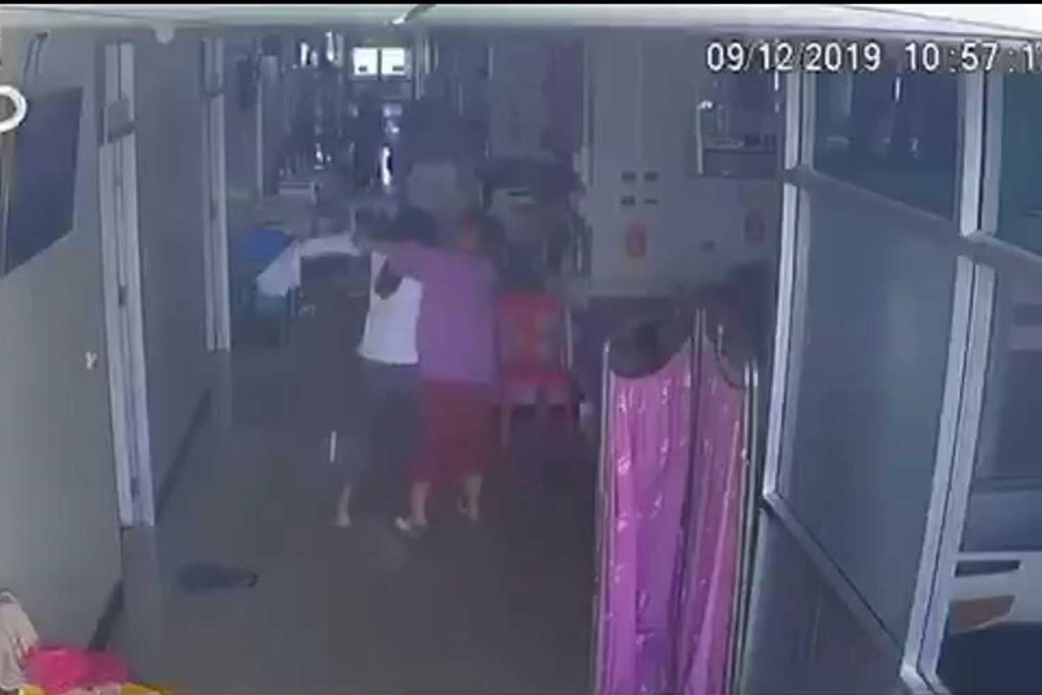Security camera footage shows the inpatient attacking a doctor at a hospital in Khon Kaen province on Monday. (Photo supplied)