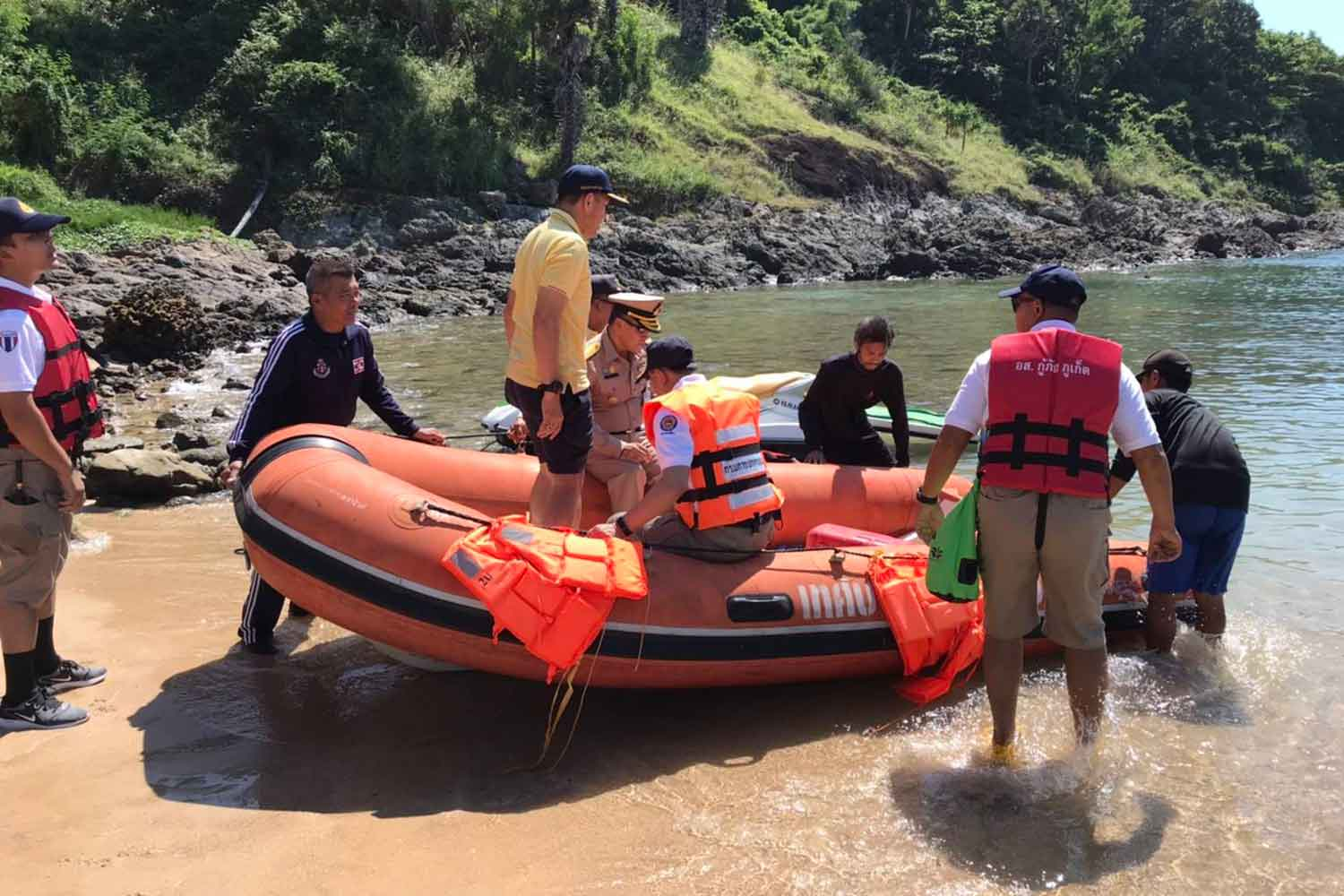 Search and rescue officials on Wednesday resumed efforts to find Polish and Thai tourists who have gone missing on their kayak off Phuket since Saturday. (Photo by Achadtaya Chuenniran)