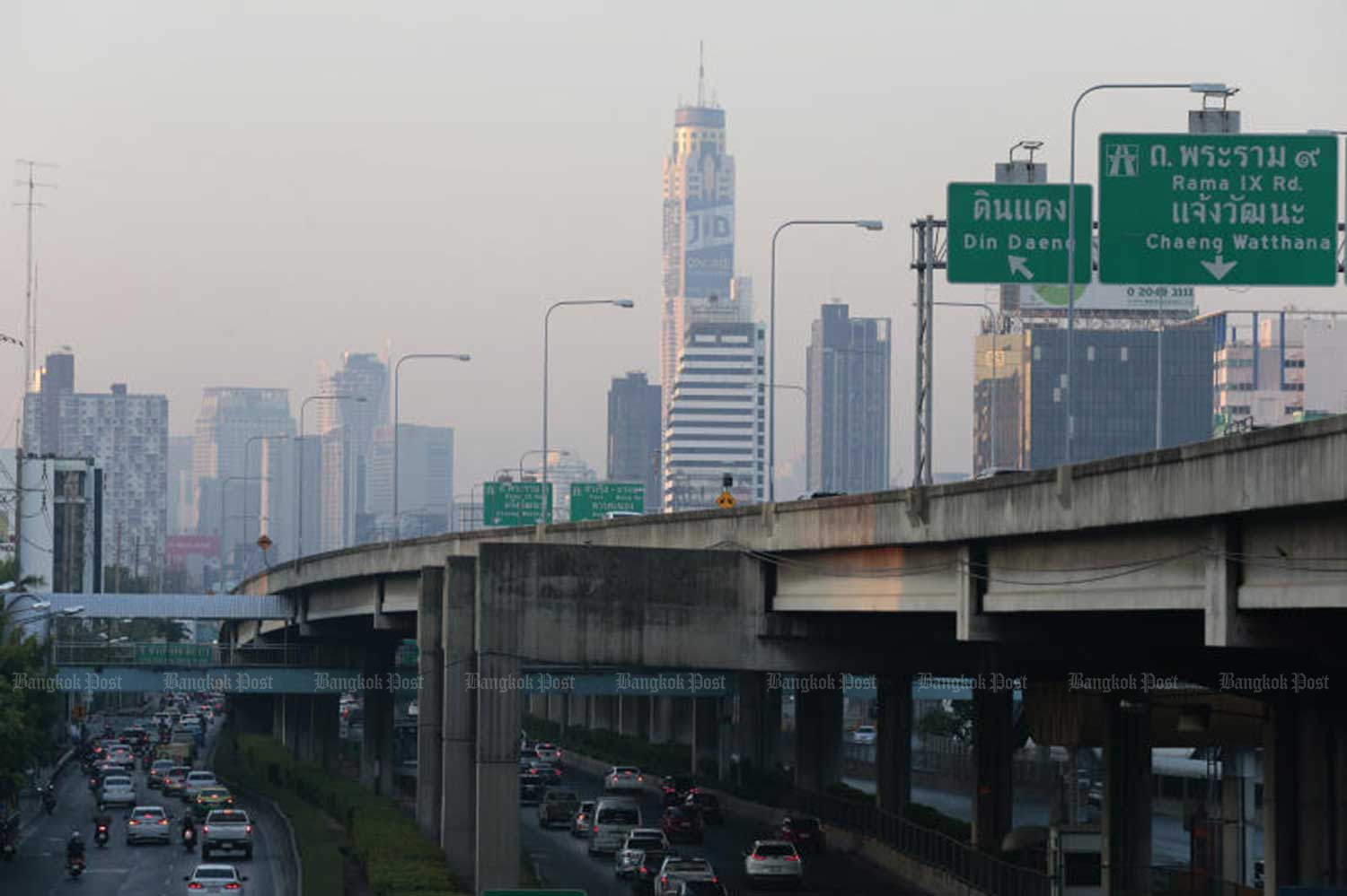 Fine dust levels exceeded safety standards in several areas in Bangkok on Wednesday mporning. (Photo by Patipat Janthong)