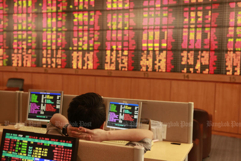 The Stock Exchange of Thailand index dropped for a tenth session to 1,551.82 points on Wednesday. (Bangkok Post file photo)