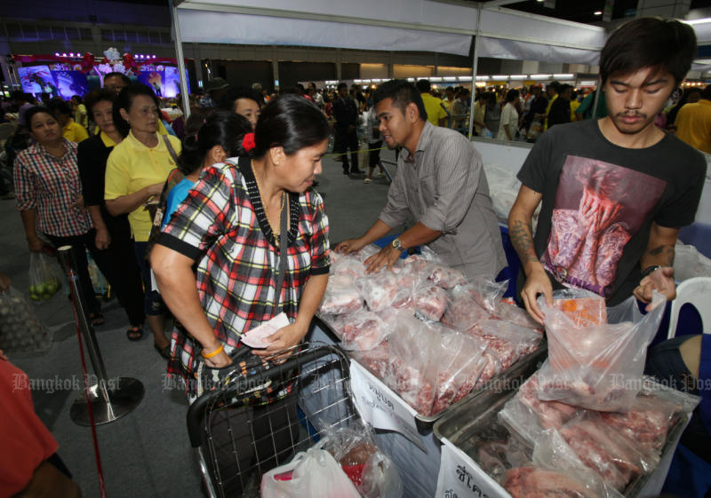 The government is being urged to continue introducing more stimulus measures to spur spending after the business confidence index in November fell fro the 12th straight month. (Bangkok Post file photo)